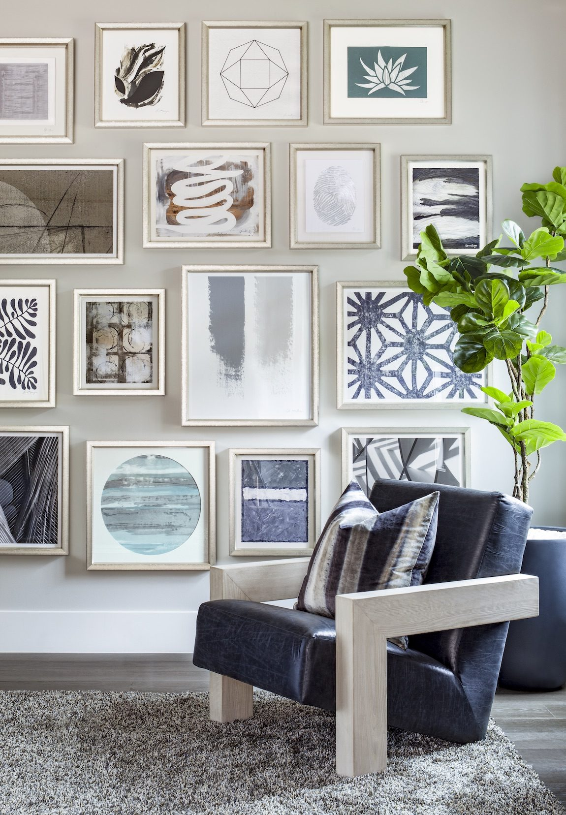 Corner sitting area with photo gallery