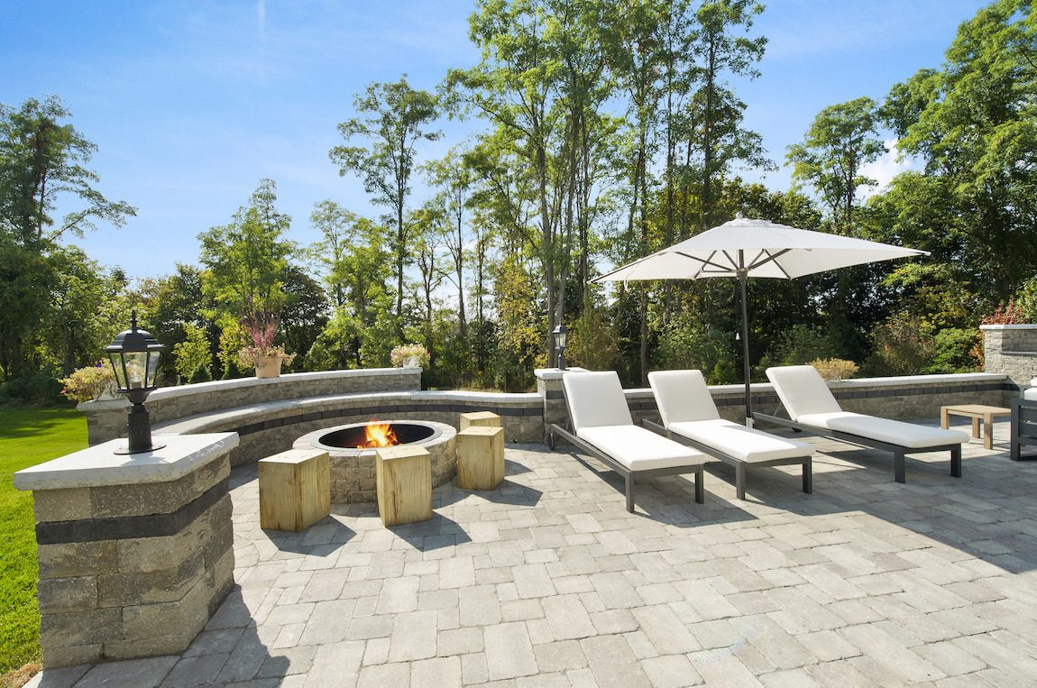 Outdoor fire pit and lounge area.