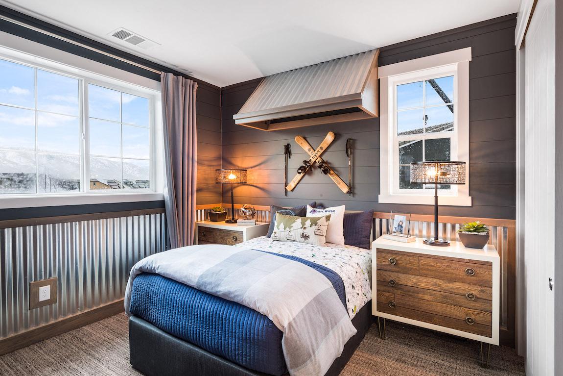 Mountain retreat themed bedroom