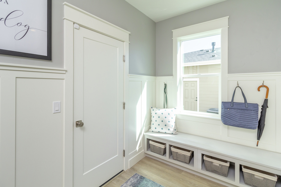 Entryway with storage décor