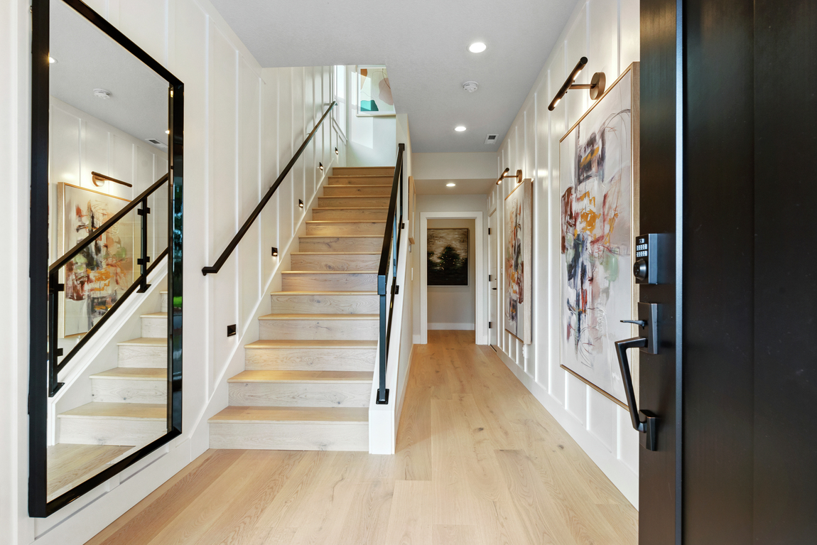Luxe entryway with eye-catching décor